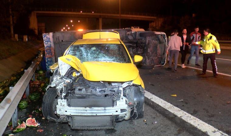 TEM Otoyolu'nda kamyonet ile taksi çarpıştı! Yaralılar var