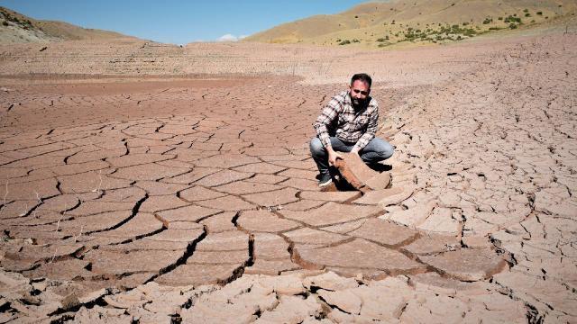 Kuraklık vurdu, baraj çöle döndü