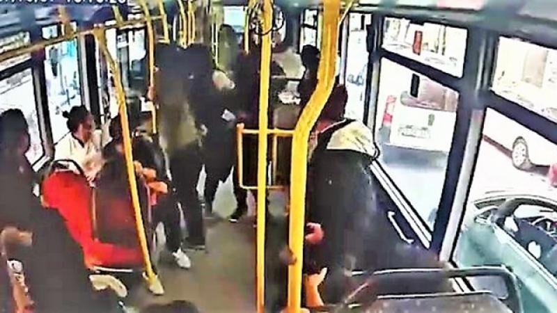 Yük asansörü yolcu dolu otobüse çarptı! Panik anları kamerada