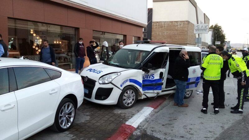Bursa'da otomobil ile polis otosu çarpıştı: 2'si polis 3 yaralı