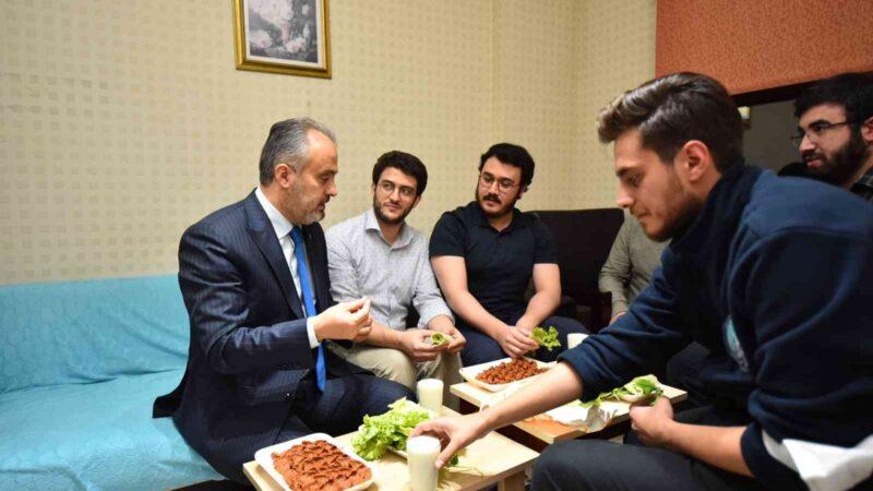 Bursa'da üniversiteliler su indirimini çiğ köfte partisiyle kutladı