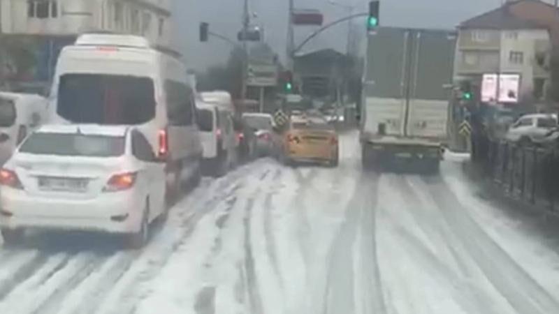 Büyük panik! Yağmur sonrası sokaklar köpürdü